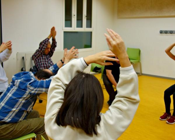 La profesora en una sesión de terapia del movimiento